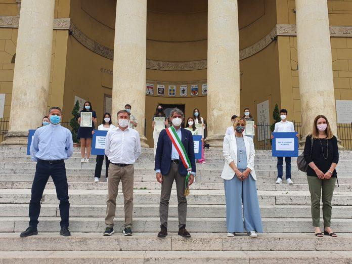 Gli studenti delle Stimate premiati da Sboarina per lo slogan contro la ludopatia.