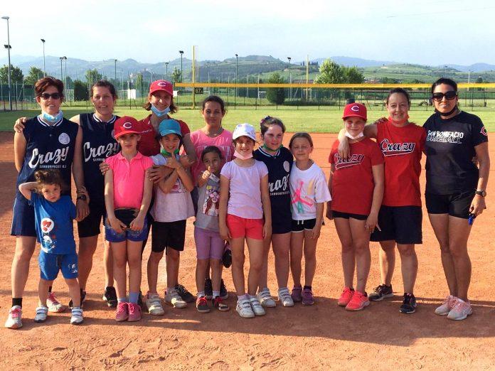 La squadra di softball femminile di San Bonifacio insieme agli allenatori.