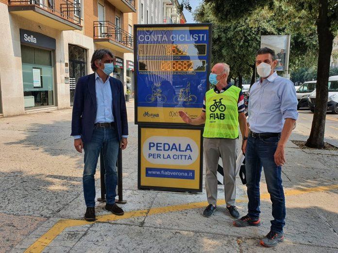Da sinistra, il Sindaco Sboarina, il vicepresidente di Fiab Verona Migliorini e l'Assessore alla Viabilità Zanotto
