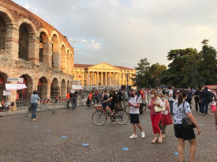 Arena - Verona - persone - mascherine - covid