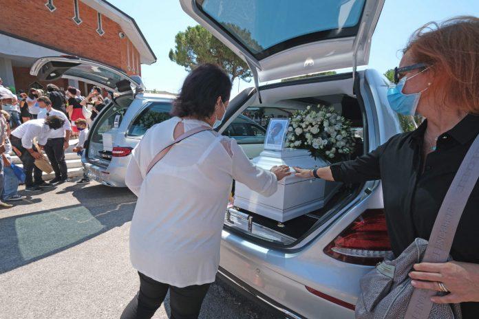 Immagini dal funerale di questa mattina a Montorio.