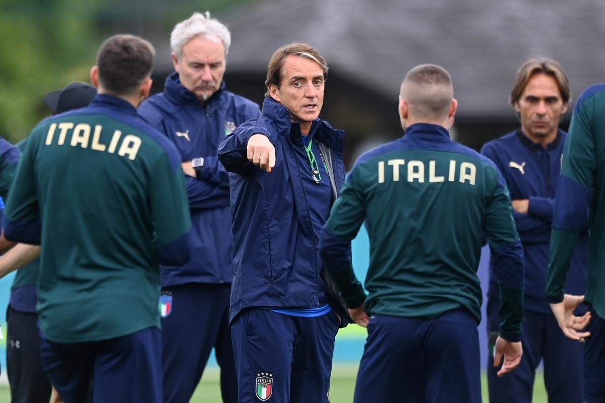 Roberto Mancini e gli Azzurri in allenamento.