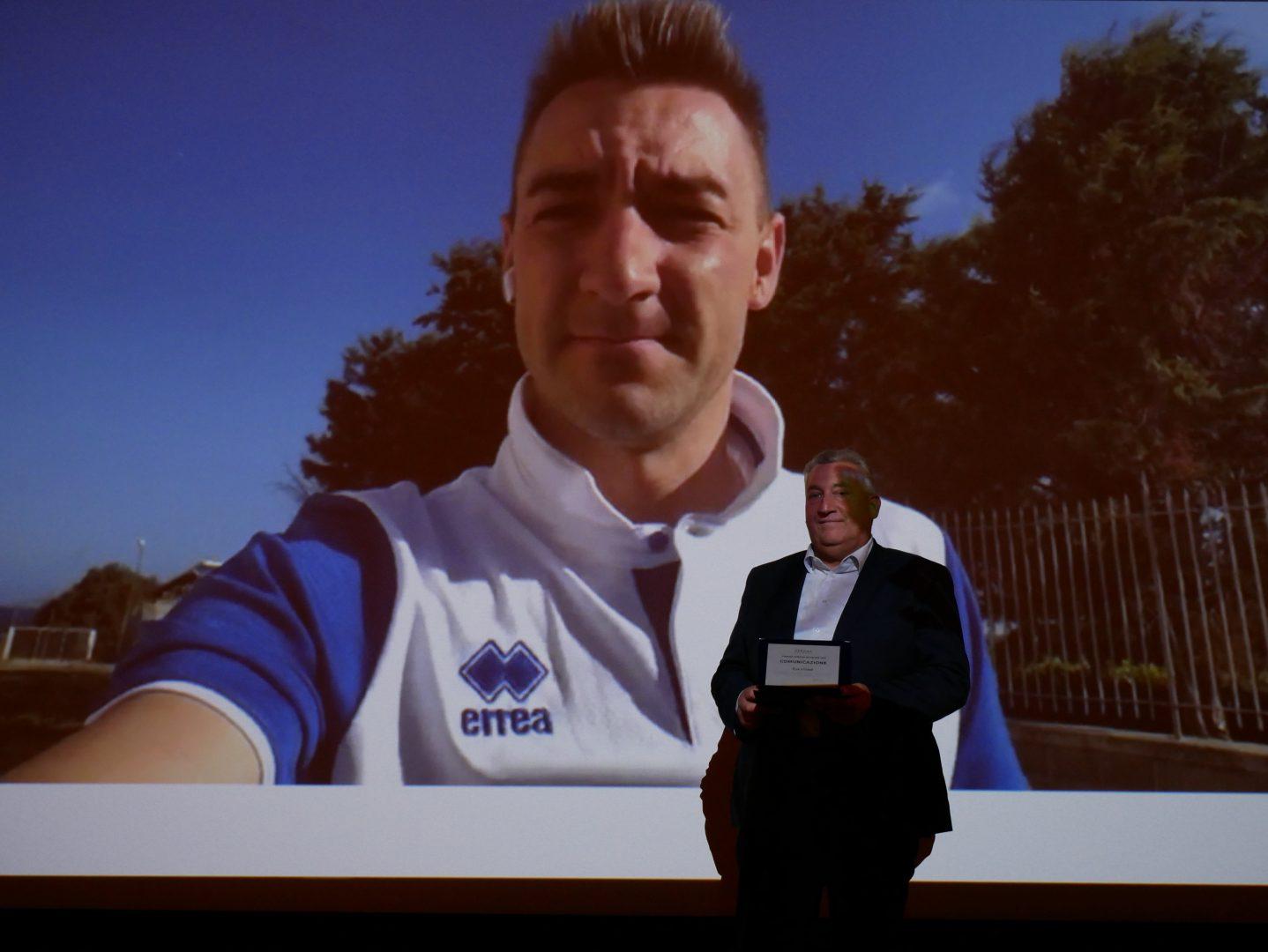 Il presidente di AMIA Verona Bruno Tacchella premia virtualmente Elia Viviani.