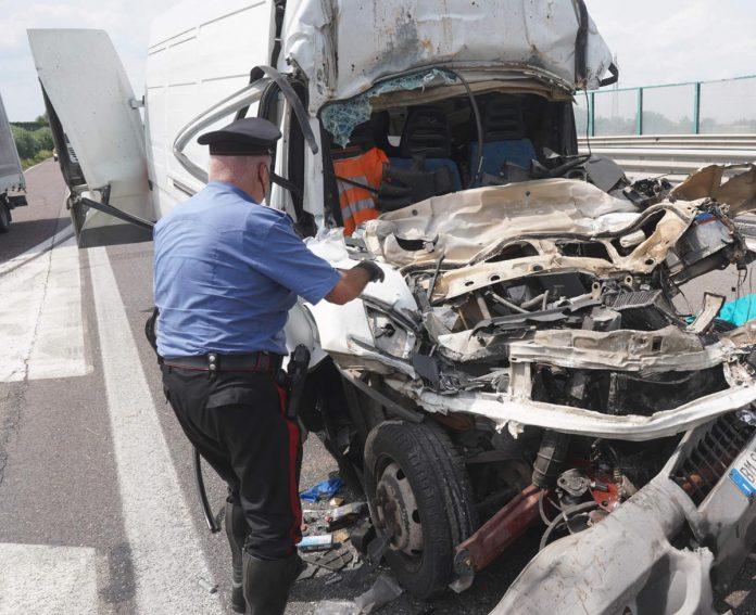 I resti del furgone rimasto schiacciato sotto il mezzo pesante che lo precedeva