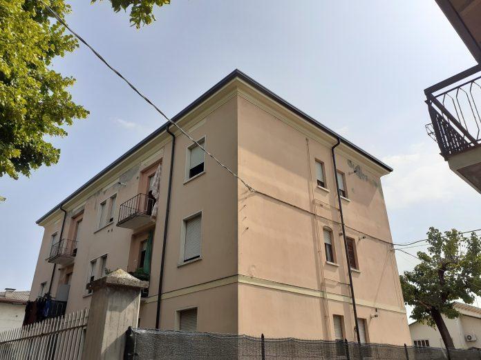 La palazzina delle case comunali sistemata Caldiero
