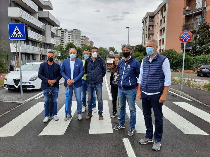 Le autorità intervenute per l'apertura della strada in via Galvani.