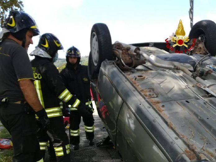 Un'auto si è ribaltata in località Novaia a Marano di Valpolicella. L'intervento dei Vigili del fuoco