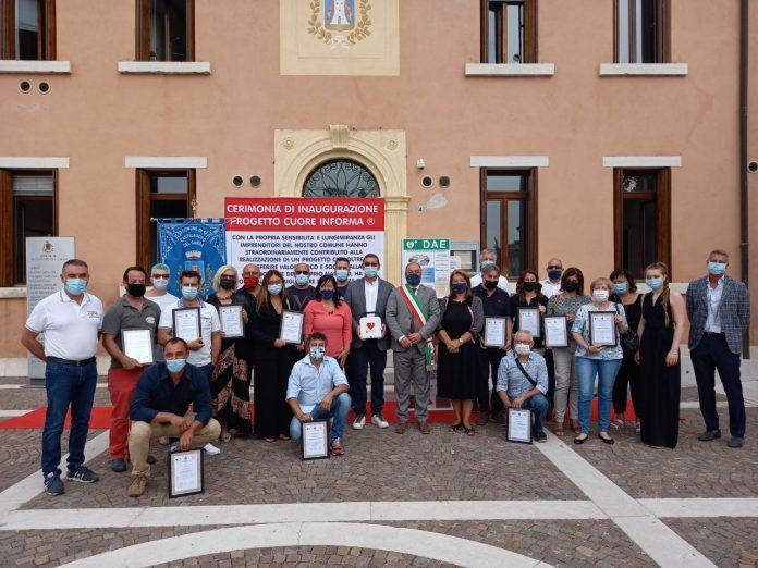 È stato inaugurato questa mattina davanti al municipio di Castelnuovo del Garda un defibrillatore semiautomatico di emergenza.