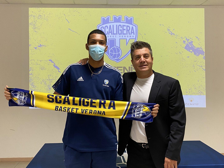 Liam Udom e il vicepresidente di Scaligera Basket Giorgio Predollo