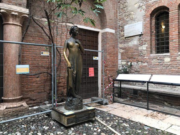 Statua di Giulietta, cortile casa di Giulietta